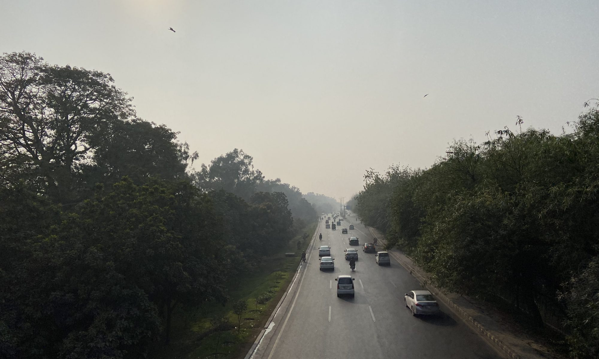 Image of smoggy skies in Lahore, above a busy road